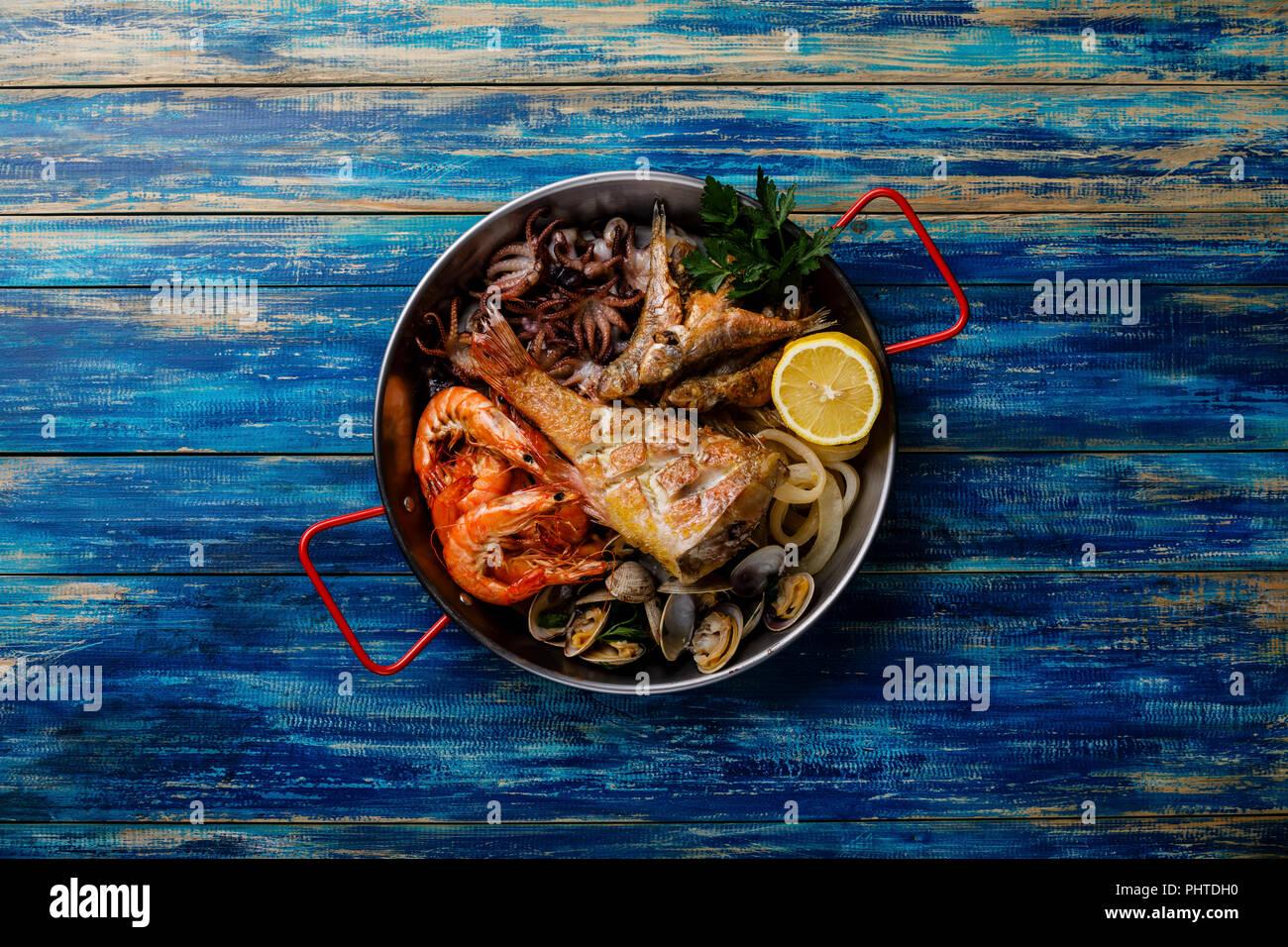 Seafood assorted platter - Prawn Shrimp, Vongole Clams, Squid rings, Octopus mini, roast Mackerel, roasted Perch - Stock Image