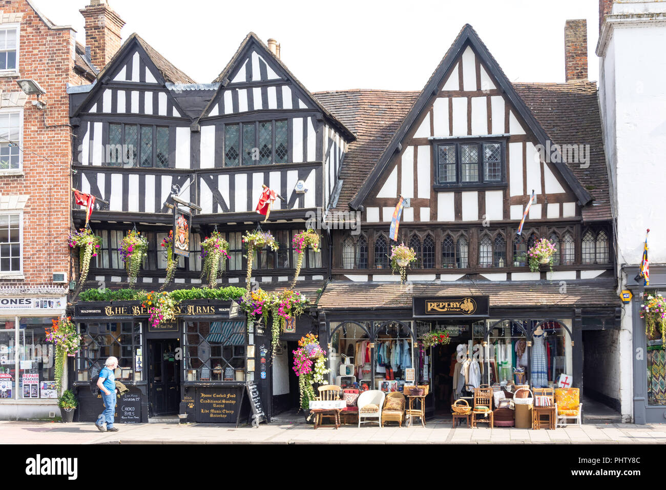 15th century The Berkeley Arms and Replay Vintage shop, Church Street, Tewkesbury, Gloucestershire, England, United Kingdom - Stock Image