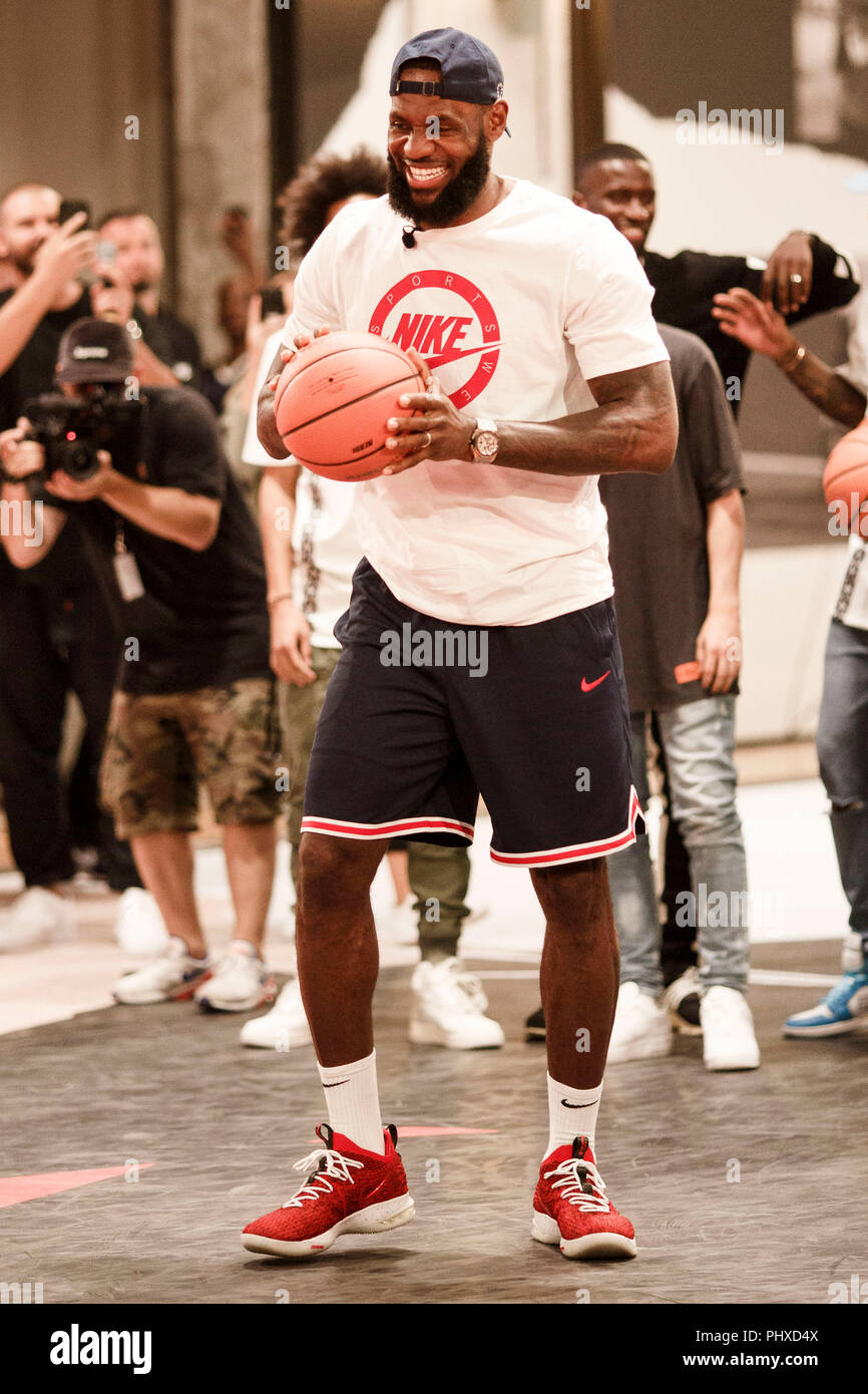 Berlin, Germany. 02nd Sep, 2018. 2.9.2018, Berlin: James LeBron, NBA professional of the Los Angeles Lakers, throws during the promotion tour 'More than an athlete'. The two-time Olympic champion has won the North American professional league NBA three times in his career and is regarded as the best basketball player of his generation. Credit: Carsten Koall/dpa/Alamy Live News - Stock Image