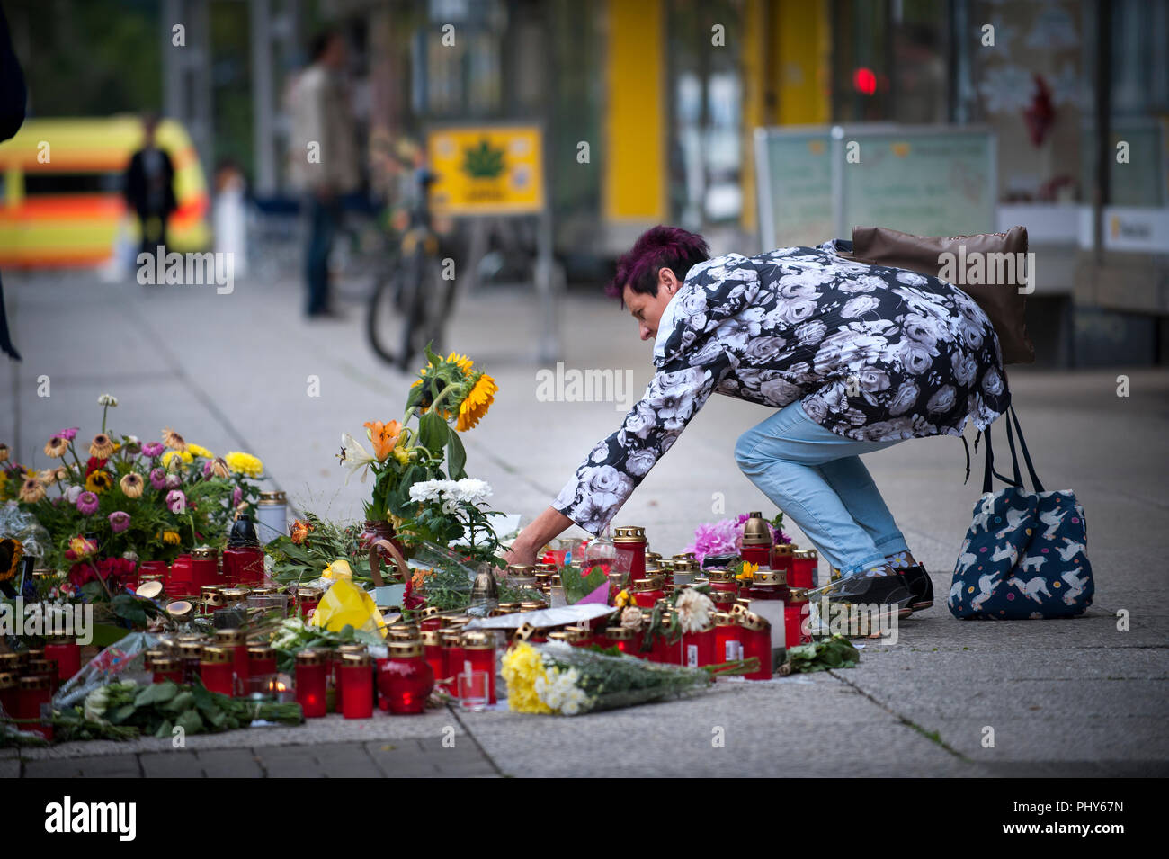 Mourners lay flowers and pay there respects on Brückenstrasse in Chemnitz. The site where a 35 year old German man was stabbed to death. - Stock Image