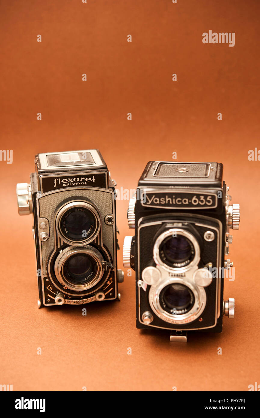 two vintage TLR cameras, a Yashica 635 and Flexaret automat Stock Photo