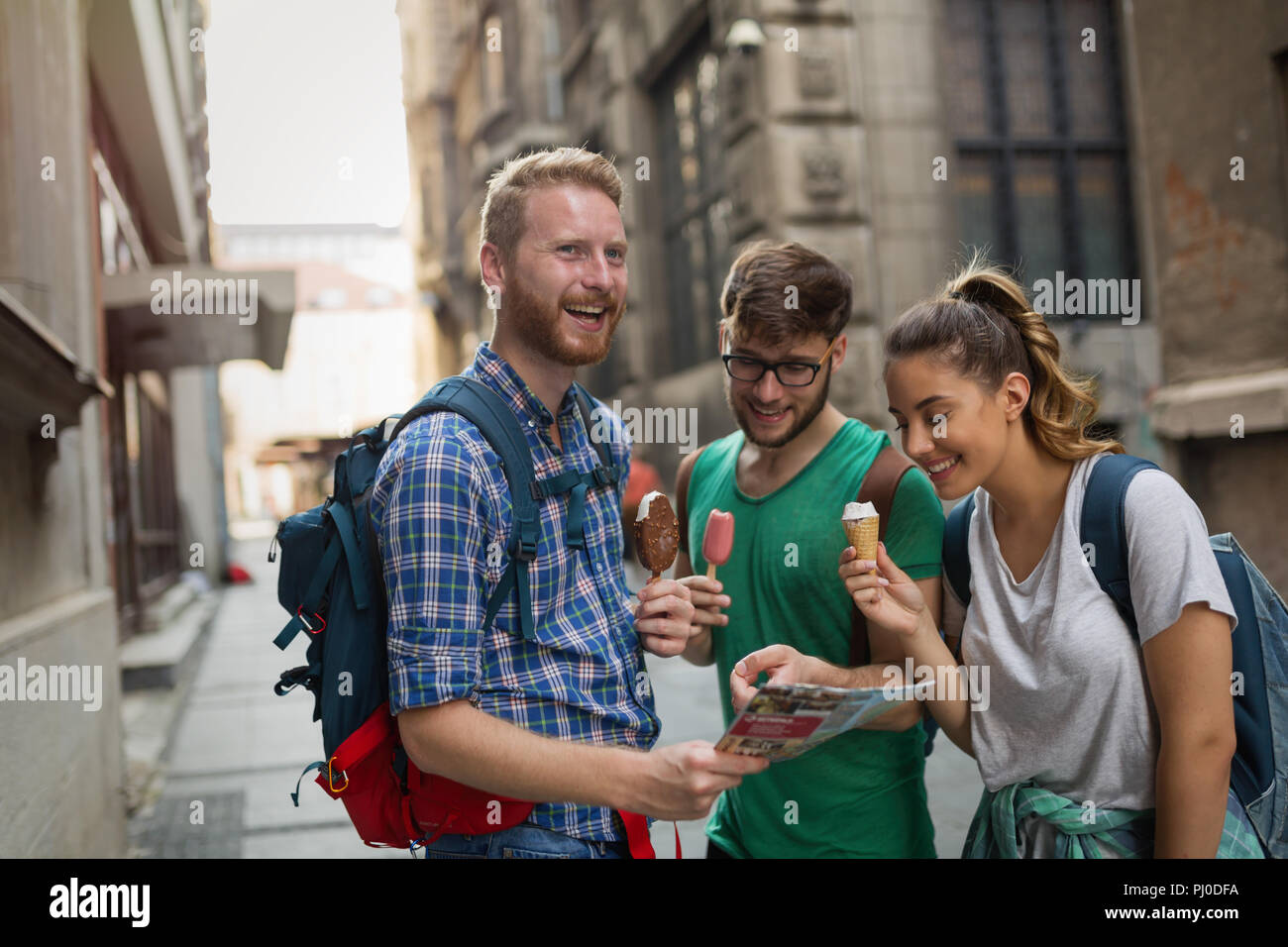 Travelling young people sightseeing - Stock Image