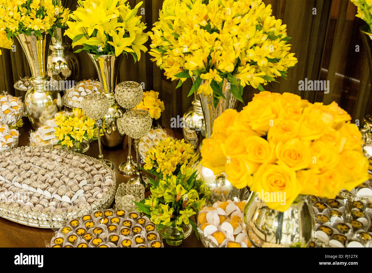 Table decorated with wedding cake Stock Photo: 217611966 - Alamy