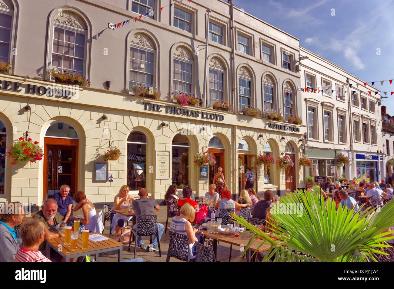 Wetherspoons pub 'The Thomas Lloyd' at Warwick market square. Warwickshire. England, UK. - Stock Image