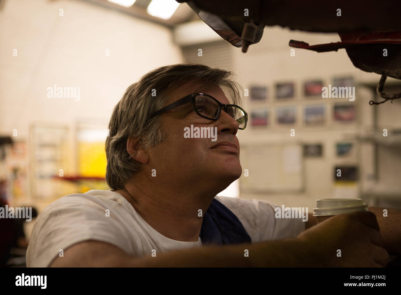 Male mechanic servicing a car - Stock Image