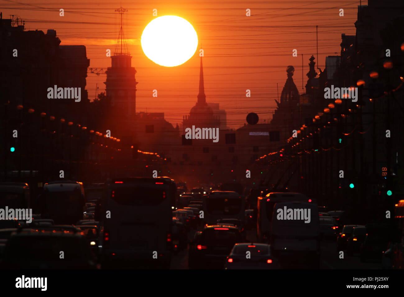 St Petersburg, Russia. 03rd Sep, 2018. St PETERSBURG, RUSSIA - SEPTEMBER 3, 2018: Sun setting over a traffic jam in Nevsky Prospekt Street. Peter Kovalev/TASS Credit: ITAR-TASS News Agency/Alamy Live News - Stock Photo