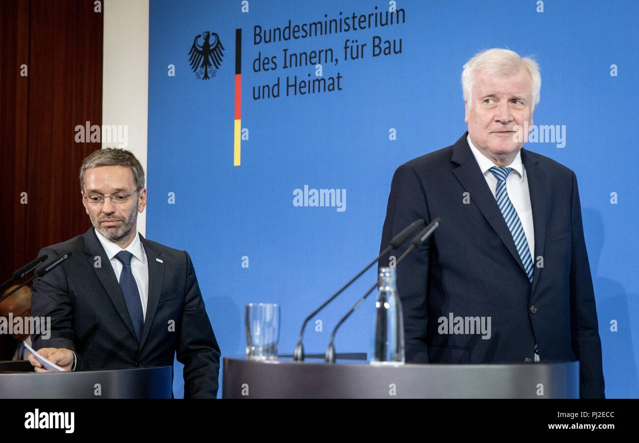 Berlin, Germany. 04th Sep, 2018. 04.09.2018, Berlin: Horst Seehofer (r, CSU), Federal Minister of the Interior, Building and Community, and his Austrian counterpart Herbert Kickl hold a press conference on current political issues after a talk. Credit: Kay Nietfeld/dpa/Alamy Live News - Stock Image