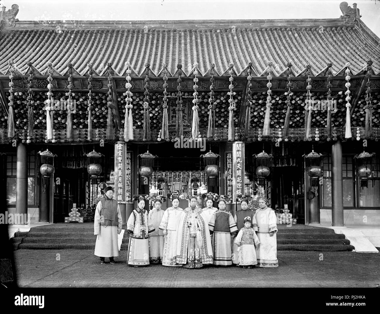 Empress Dowager Cixi (front middle) with court attendants and the Guangxu Emperor's empress (second from left) - Stock Image