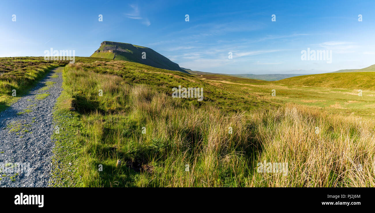 Yorkshire Dales landscape on the Pennine Way between Halton Gill and Horton in Ribblesdale with the Pen-Y-Ghent in the background, North Yorkshire - Stock Image