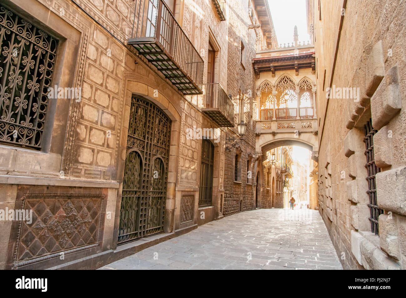 The bridge on Carrer del Bisbe in the Gothic Quarter, Barcelona, Spain - Stock Image