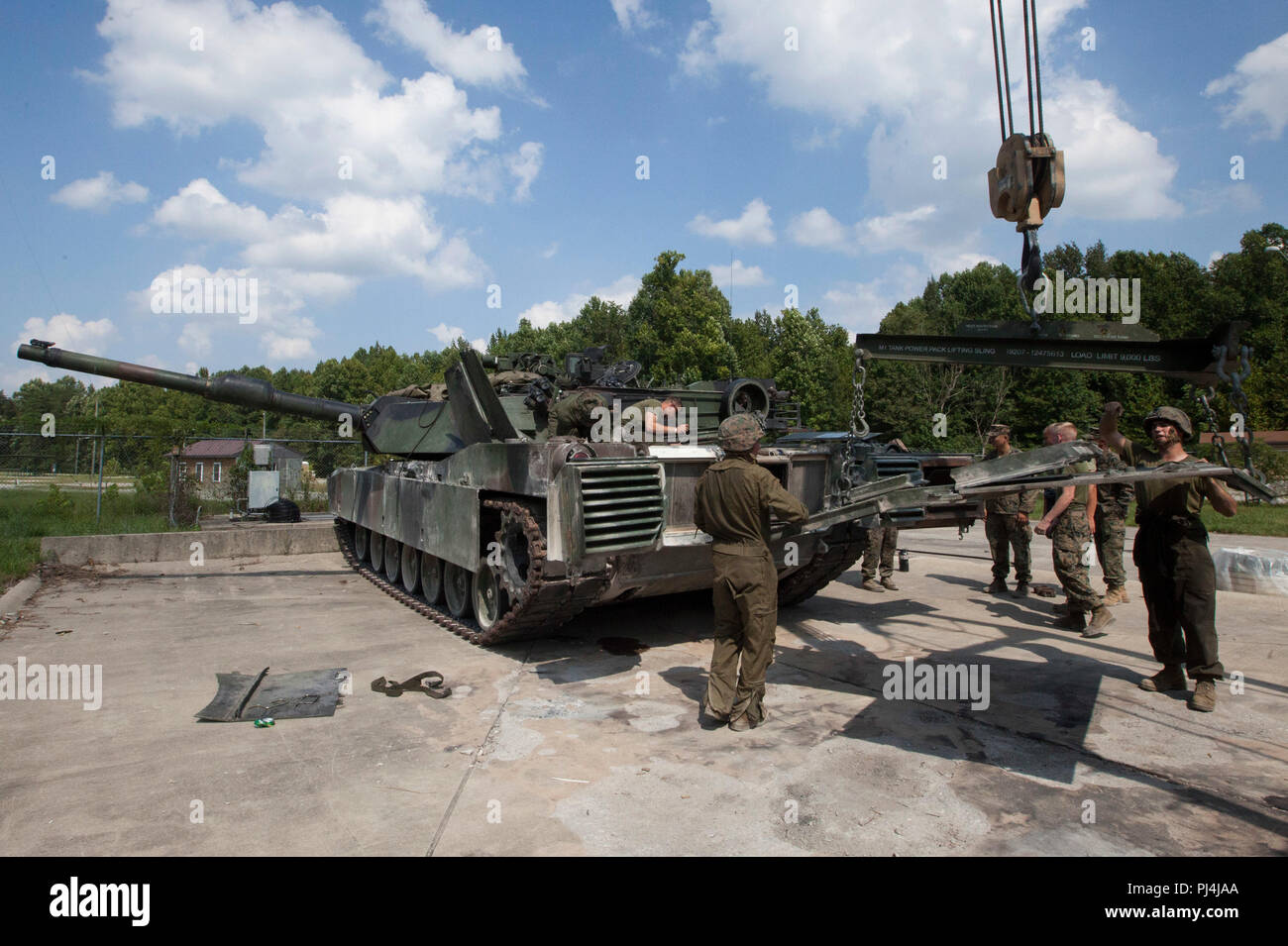 Marines with 1st Tank Battalion, 2nd Tank Bn., and 4th Tank Bn. provide maintenance to an M1A1 Abrams tank in preparation for the 15th annual Tiger Competition, Aug. 27, 2018 in Fort Knox, Kentucky. The competition highlights the critical and quick-reacting combat skills of the participating battalions. (U.S. Marine Corps photo by Lance Cpl. Tessa D. Watts) Stock Photo