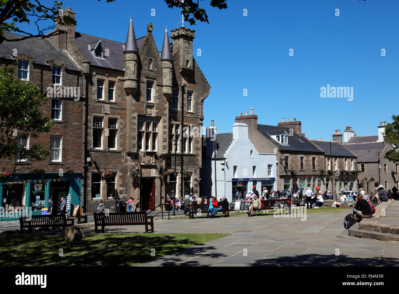 The centre of Kirkwall, Orkney Islands. The nineteenth century baronial Town Hall faces St Magnus Cathedral. - Stock Image