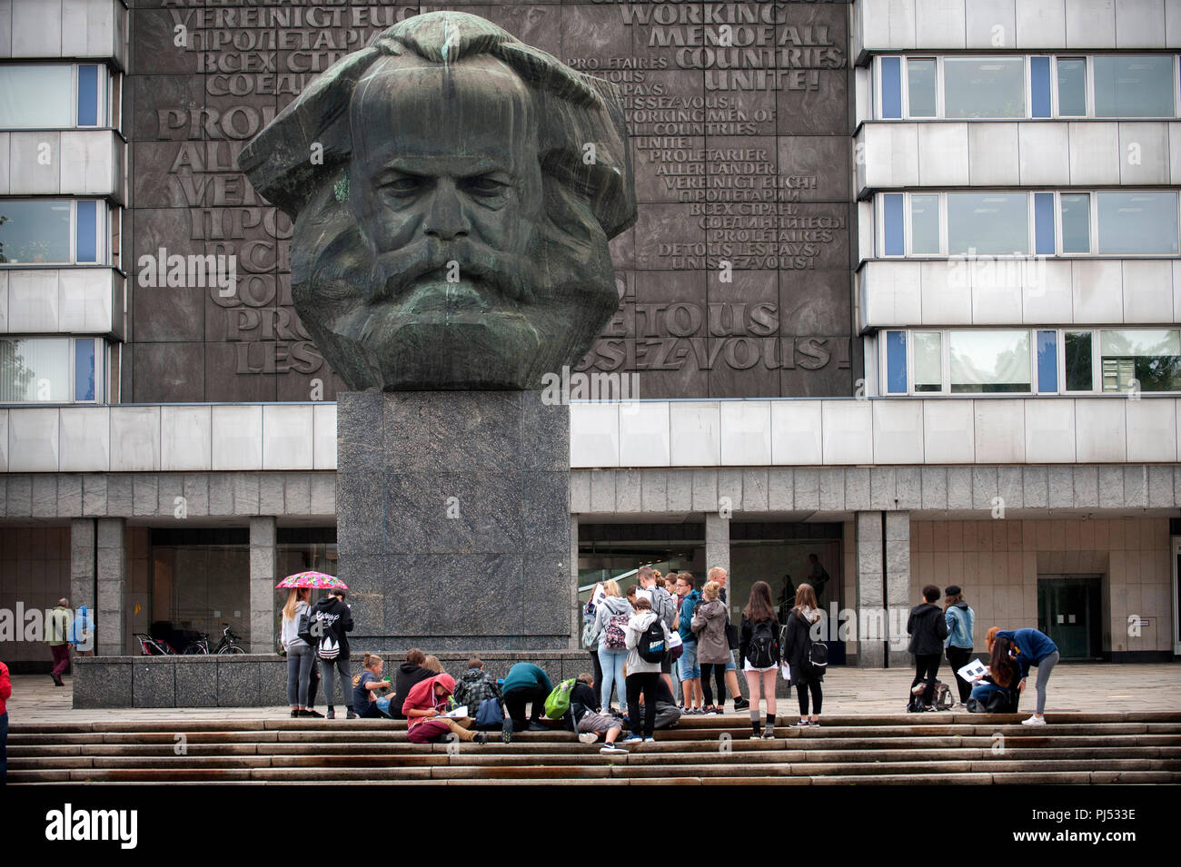 The Karl Marx Monument dominates the surrounding City landscape in the Brückenstrasse in Chemnitz, Germany. - Stock Image