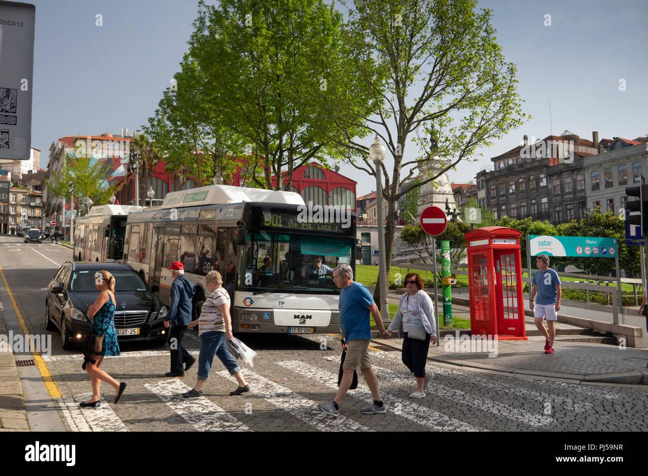 Por212Portugal, Porto, Ribeira, Jardim do Infante Dom Henrique, pedestrians crossing road - Stock Image