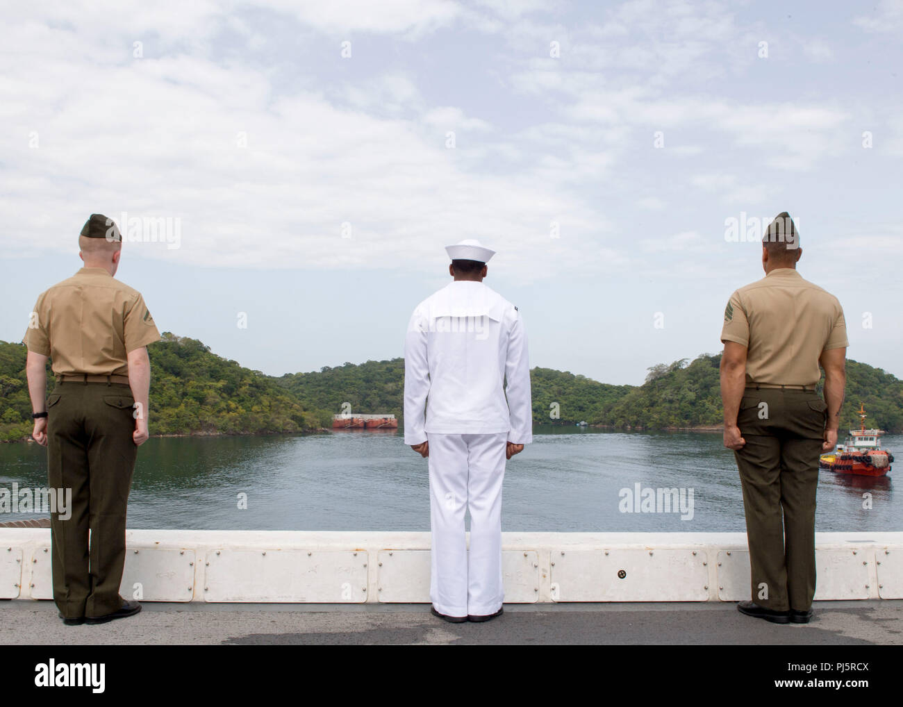 180824-N-PH222-0306 TRINCOMALEE, SRI LANKA (August 24, 2018) Sailors assigned to San Antonio-class amphibious transport dock USS Anchorage (LPD 23) and Marines assigned to 13th Marine Expeditionary Unit (MEU) man the rails before a scheduled port visit in Trincomalee, Sri Lanka during a regularly scheduled deployment of the Essex Amphibious Ready Group (ARG) and 13th MEU. Anchorage and the embarked Marines of the 13th MEU are conducting a theater security cooperation exercise with the Sri Lankan Navy and the Navy Marines. Part of a growing U.S.-Sri Lanka naval partnership, the exercise is also - Stock Image
