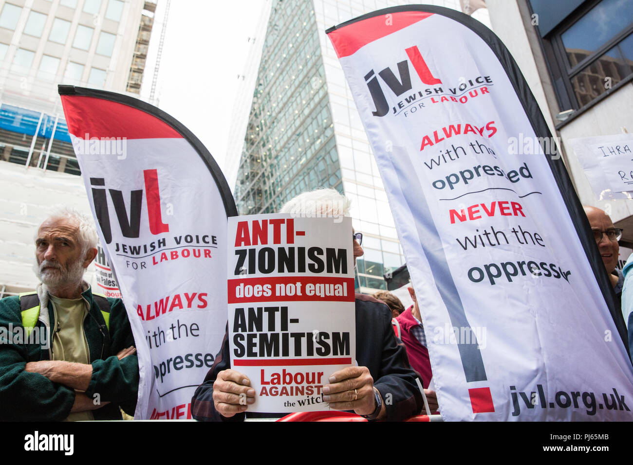 London, UK. 4th September, 2018. Supporters of Jeremy Corbyn from Jewish Voice for Labour, Momentum and other groups campaign outside the headquarters of the Labour Party on the day on which the party NEC was expected to adopt the IHRA definition and examples of anti-Semitism. Credit: Mark Kerrison/Alamy Live News - Stock Image