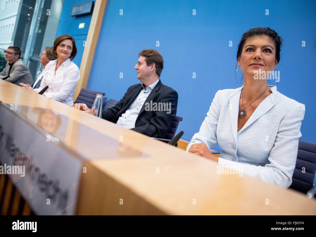 """04.09.2018, Berlin: Sahra Wagenknecht (r-l), Chairwoman of the parliamentary group of the party Die Linke(The Left), Ludger Volmer (Alliance 90/The Greens), Simone Lange of the Social Democratic Party (SPD), Lord Mayor of Flensburg, Bernd Stegemann, author and dramaturg, and Hans Albers officially present the movement """"Standing Up"""" at the federal press conference. Unlike political parties, supporters of """"Standing Up"""" do not have to pay a membership fee and can simply register on the Internet. Photo: Bernd von Jutrczenka/dpa Stock Photo"""