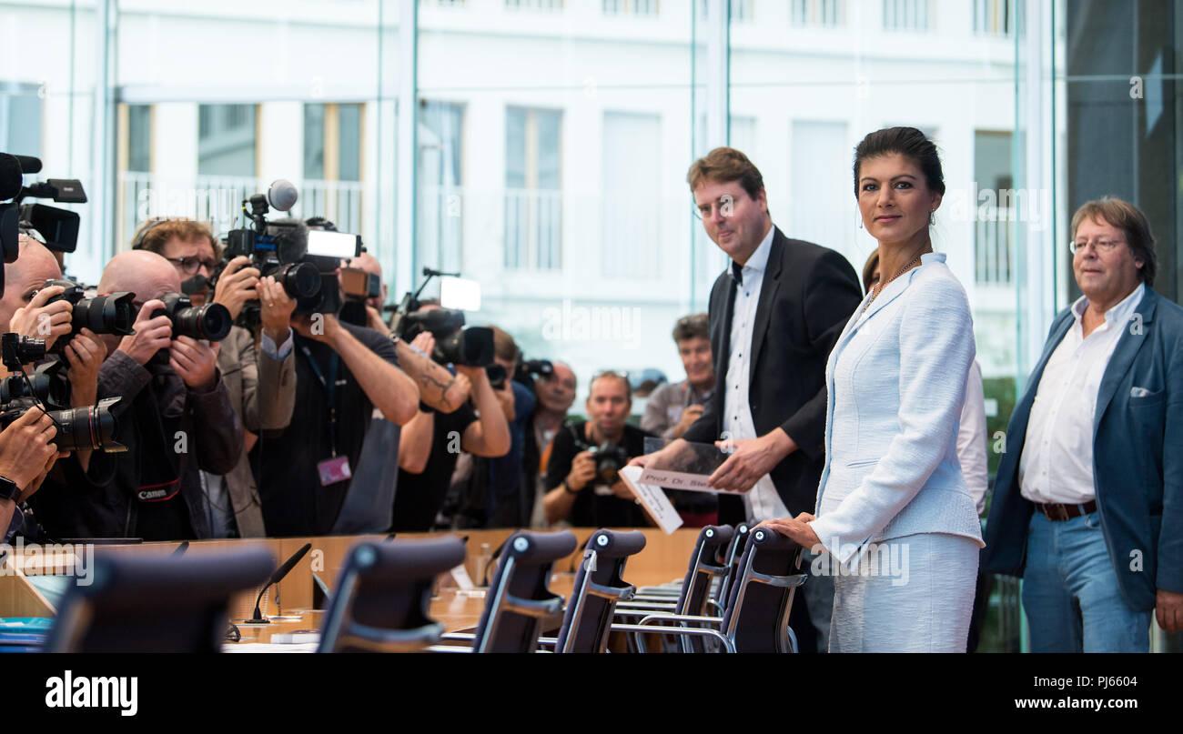 "04.09.2018, Berlin: Sahra Wagenknecht (2nd from the right ), Chairwoman of the parliamentary group of the party Die Linke, Ludger Volmer (r, Bündnis 90/Die Grünen), Simone Lange (concealed, SPD), Lord Mayor of Flensburg, and Bernd Stegemann (3vr), author and dramaturg, officially present the movement ""Aufstehen"" at the federal press conference. Unlike political parties, supporters of ""Standing Up"" do not have to pay a membership fee and can simply register on the Internet. Photo: Bernd von Jutrczenka/dpa Stock Photo"