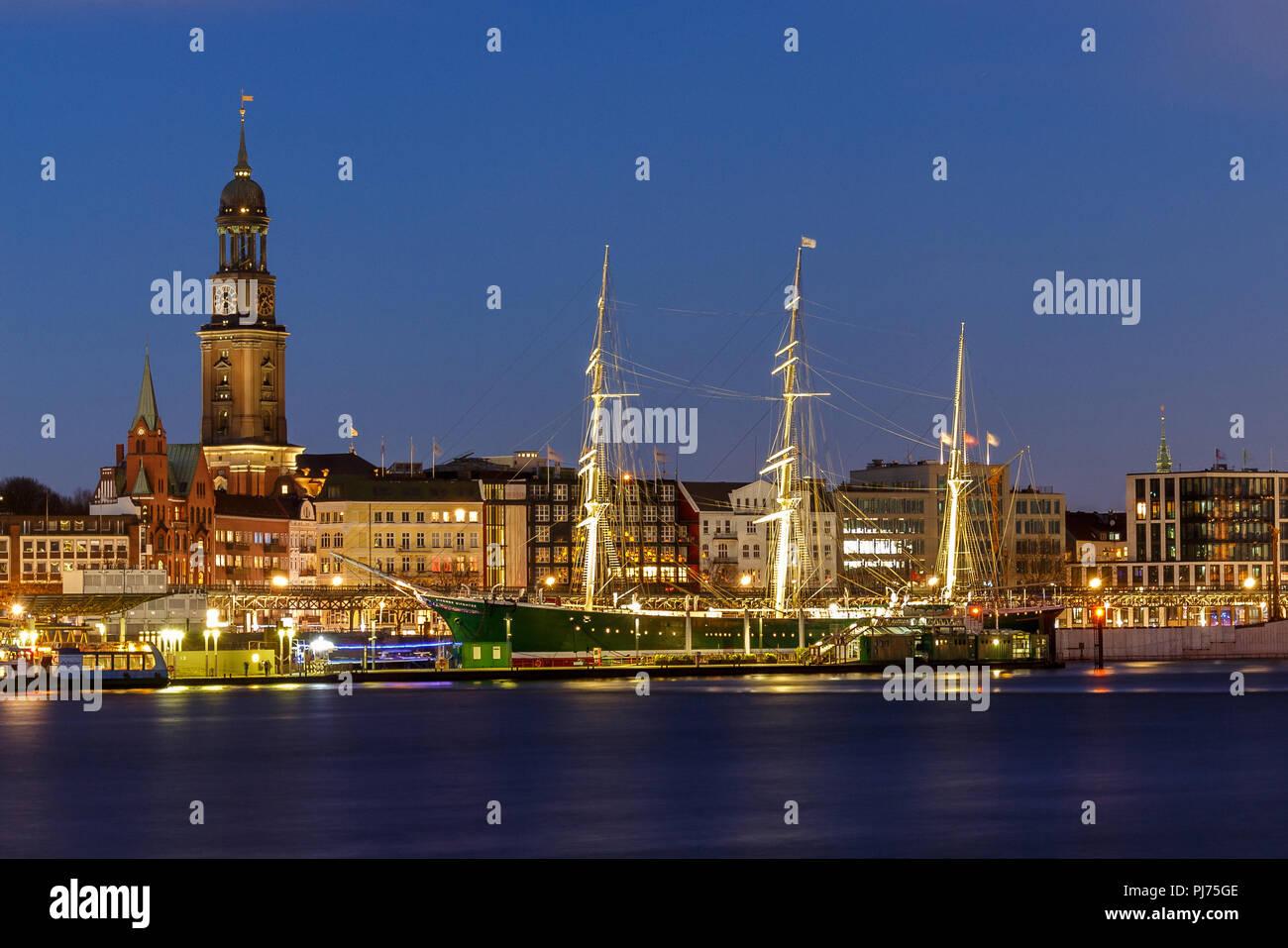 Abend, Architektur, blau, blaue Stunde, Dämmerung, Deutschland, Hafen, Hamburg, Himmel, Kirche, Landungsbrücken, Langzeitbelichtung, Lichter, Michel,  - Stock Image