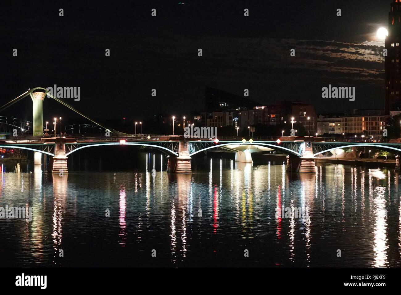Full Moon, Ignatz-Bubis-Brücke, Main Plaza, Main, Frankfurt am Main, Deutschland, Europa - Stock Image