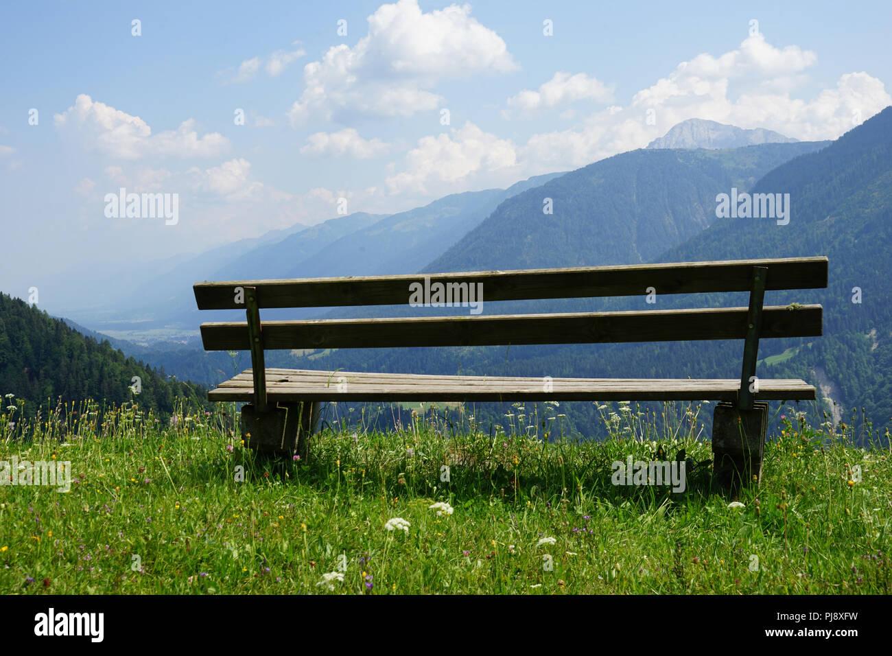 Sitzbank mit Blick über das Lesachtal und die Karnischen Alpen, Kärnten, Österreich - Stock Image