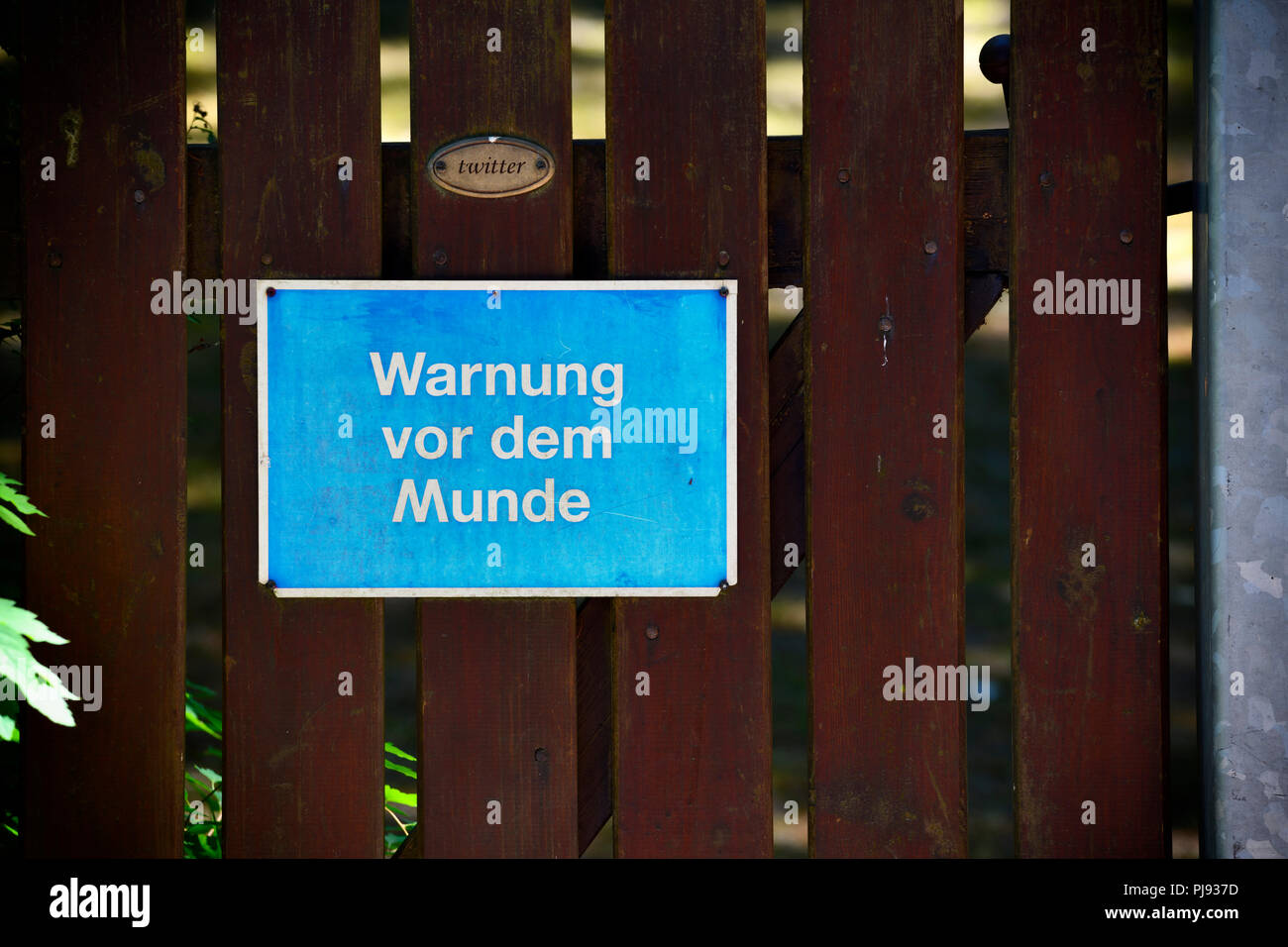 Warning before the mouth and Twitter sign, symbolic photo Hate speech, photomontage, Warnung vor dem Munde und Twitter-Schild, Symbolfoto Hate Speech, - Stock Image