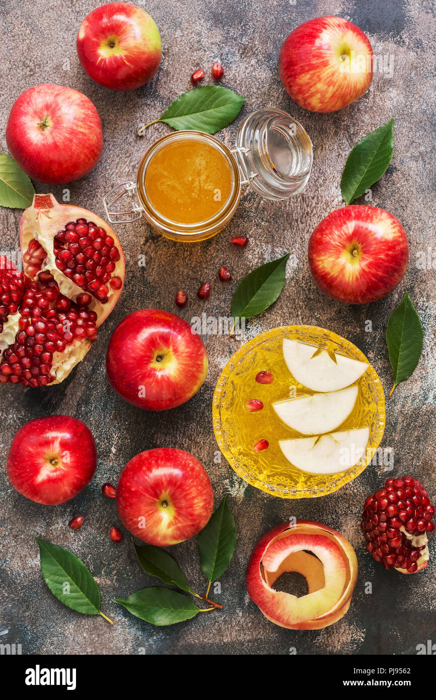 The Jewish New Year. Red apples, pomegranate and honey. Rosh Hashana. Top view, overhead, flat lay - Stock Image