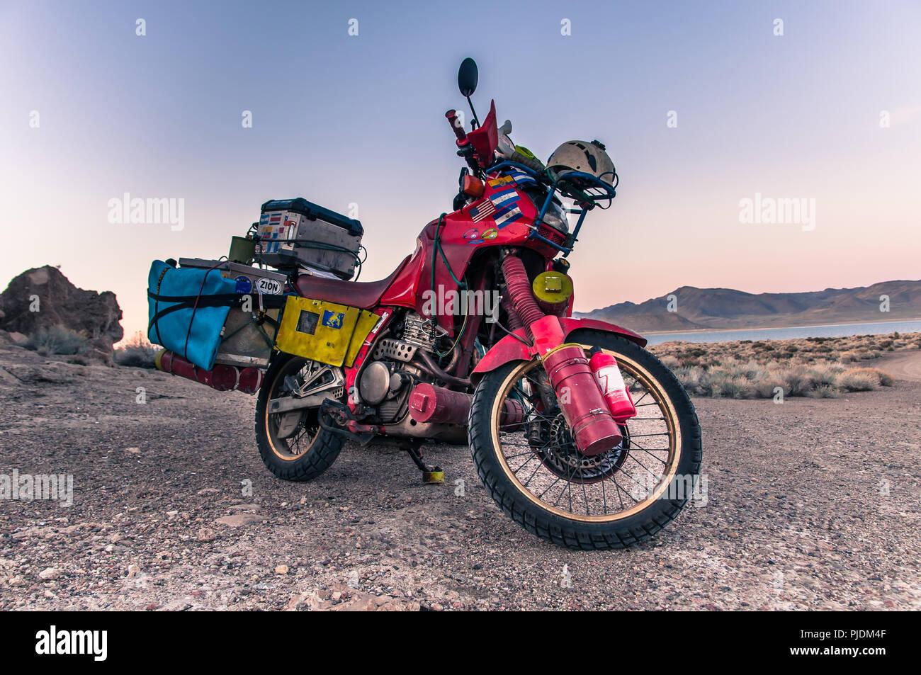 Touring bike parked by Pyramid Lake, Nevada, USA - Stock Image