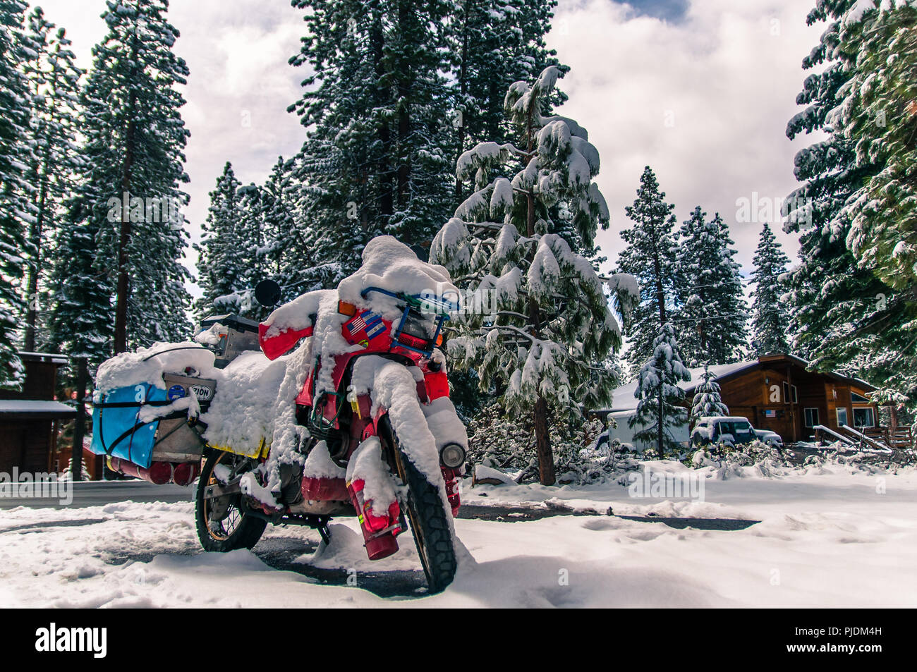 Touring bike covered in snow, Truckee, California, USA - Stock Image