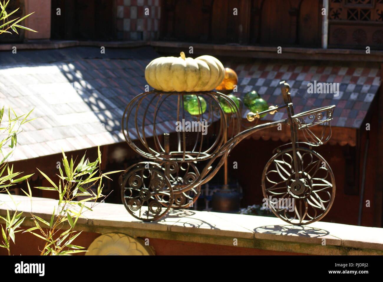 carrosse de cendrillon avec une citrouille objet de décoration de jardi, Cinderella carriage with a pumpkin garden decoration object, Aschenputtel-Kut - Stock Image