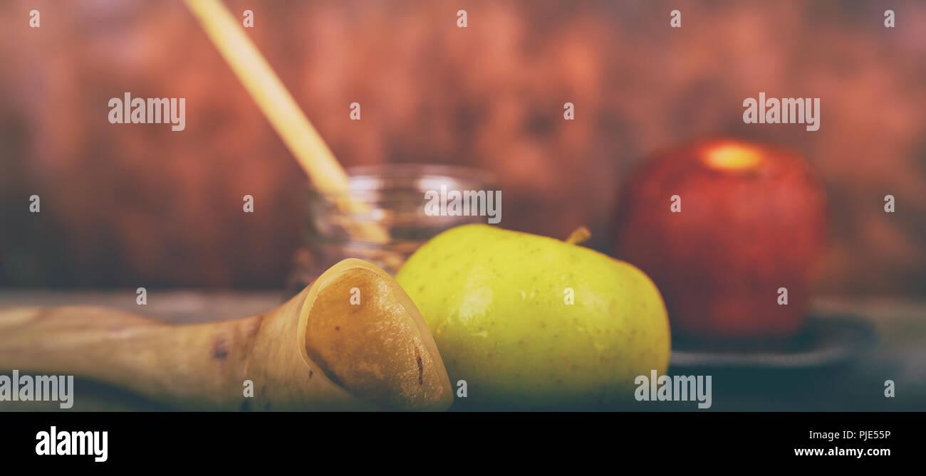 Shofar on a wood background - rosh hashanah Honey, apple and pomegranate traditional holiday symbols a kippah a yamolka - Stock Image