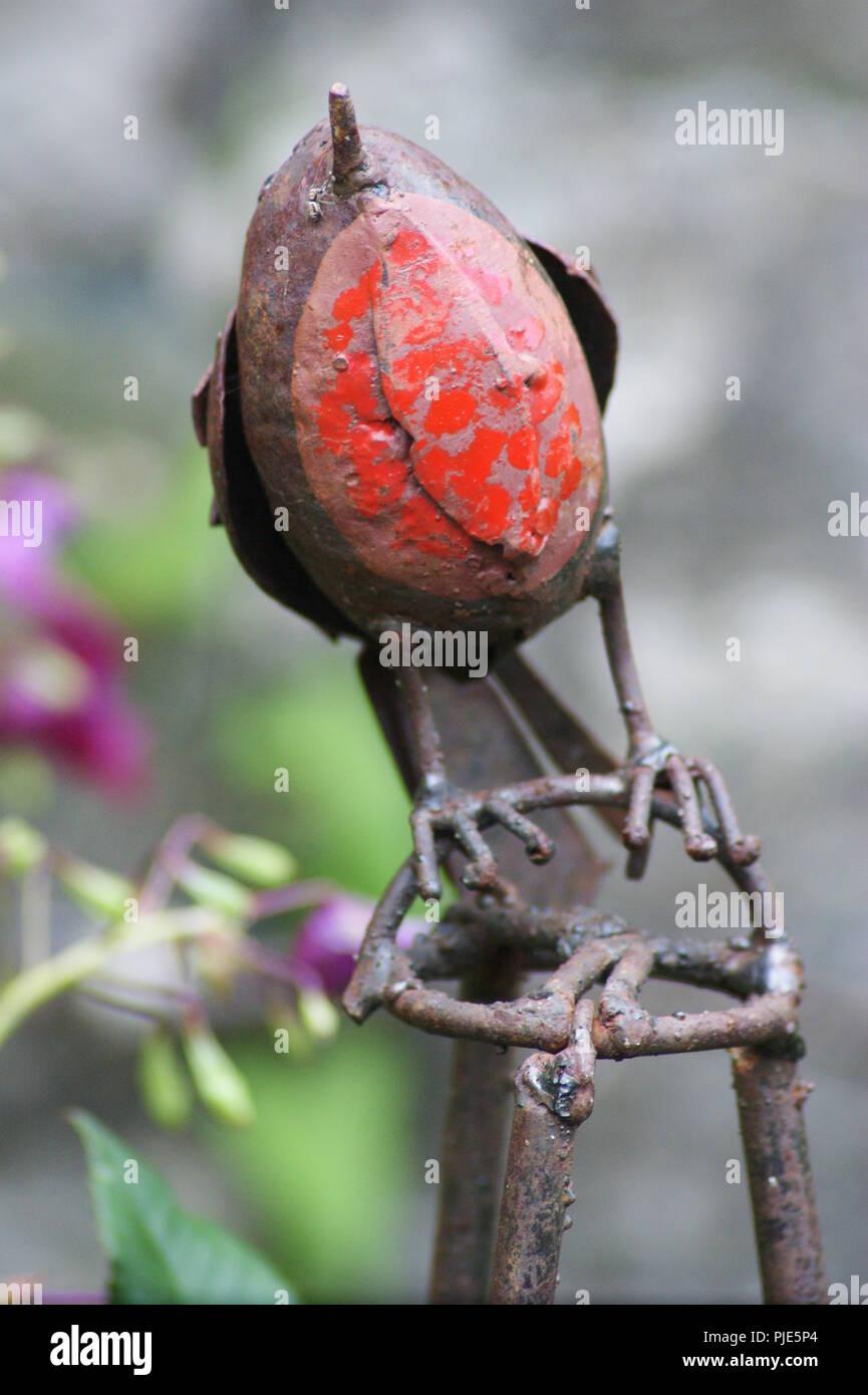 gros plan d'un rouge gorge en fer forgé objet de décoration de jardin, close-up of a red wrought iron throat object for garden decoration, Nahaufnahme - Stock Image