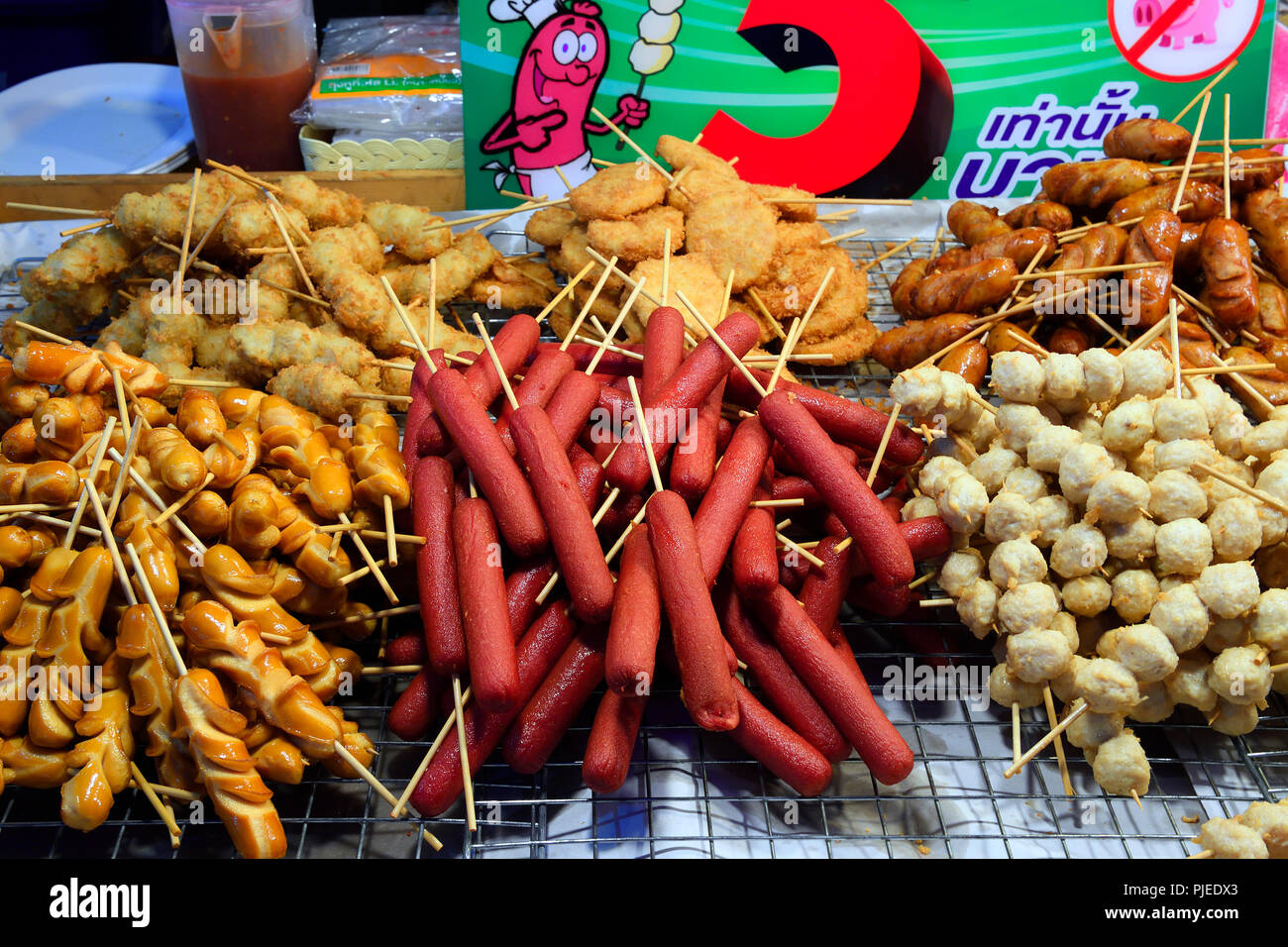 State with dishes typical for country, Chillva market, Phuket, Thailand, Stand mit landestypischen Speisen,  Chillva Markt - Stock Image