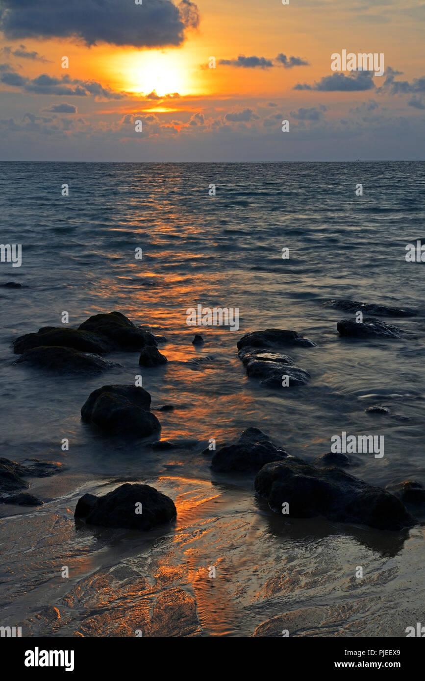 Sundown in the Ya Nui Beach, Phuket, Thailanf, Sonnenuntergang am Ya Nui Beach - Stock Image