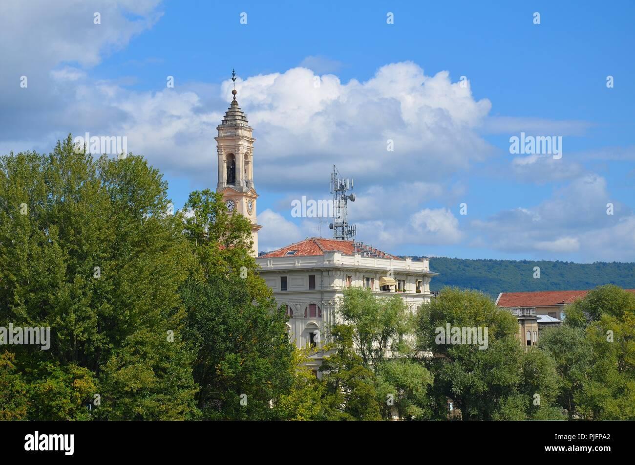 Ivrea (Provinz Piemont) am Fluss Dora Baltea, Italien: Der Rathausturm - Stock Image