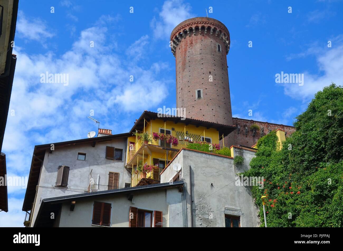 Ivrea (Provinz Piemont) am Fluss Dora Baltea, Italien; die Burg - Stock Image
