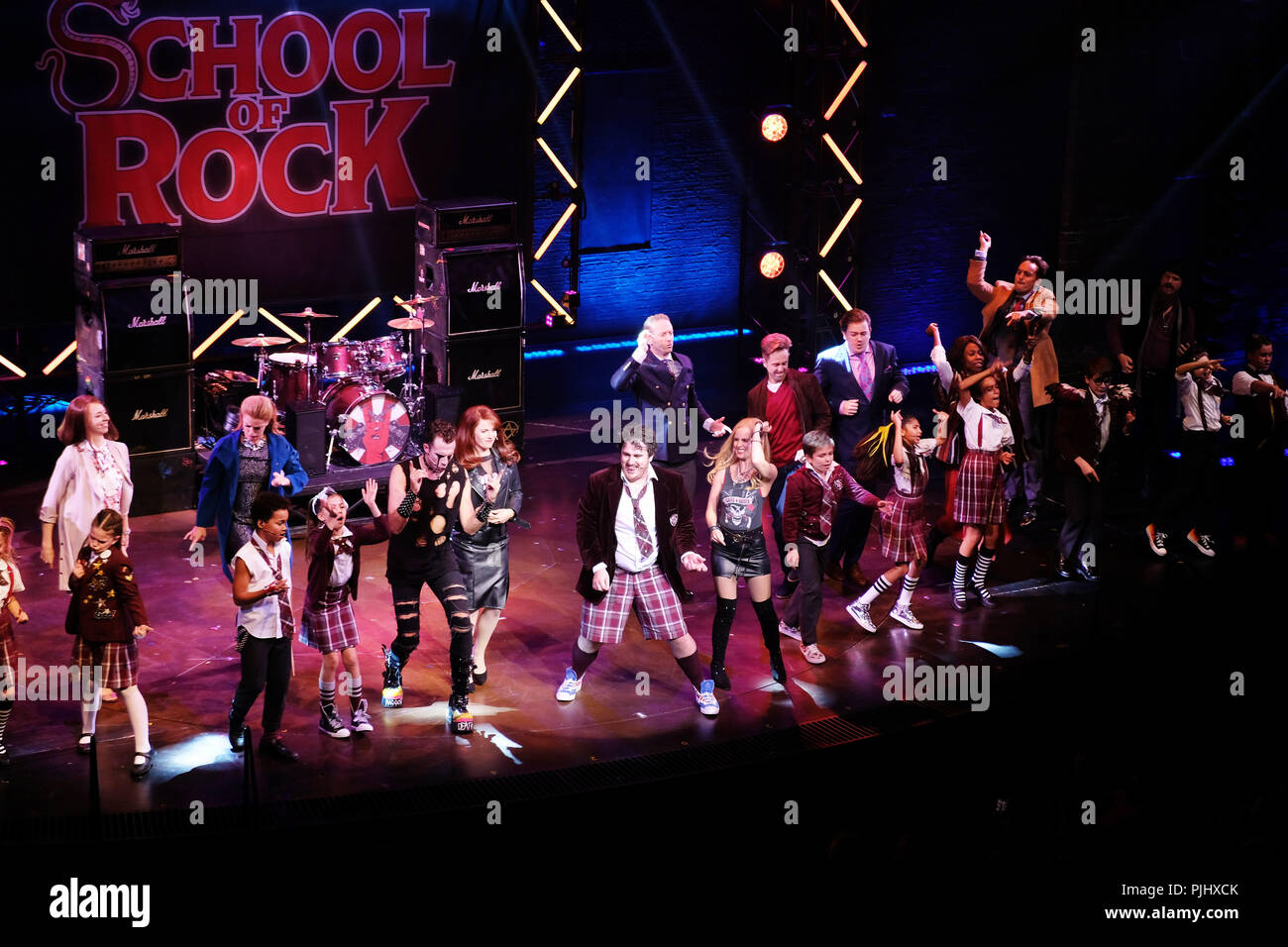 Pic shows: School of Rock finale at Gillian Lynne Theatre in  Drury Lane.  Kids of the cast rock out with Ed Scheebly and Dewey Finn played by Alan Pe - Stock Image