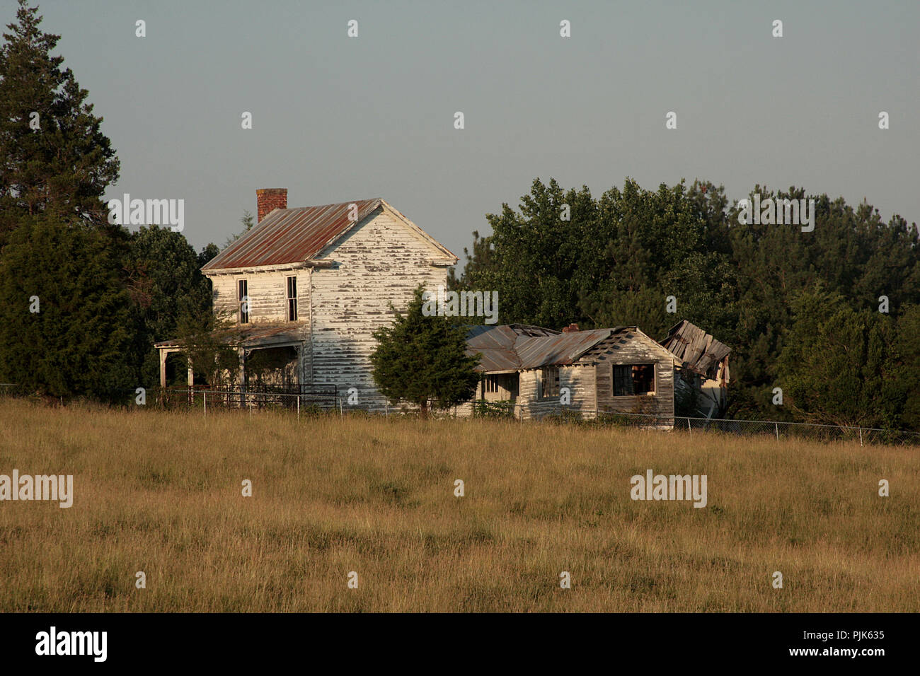 Old abandoned house and shed in rural Virginia - Stock Image