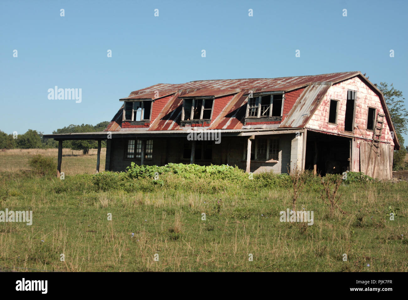 Old abandoned barn in Virginia's countryside - Stock Image