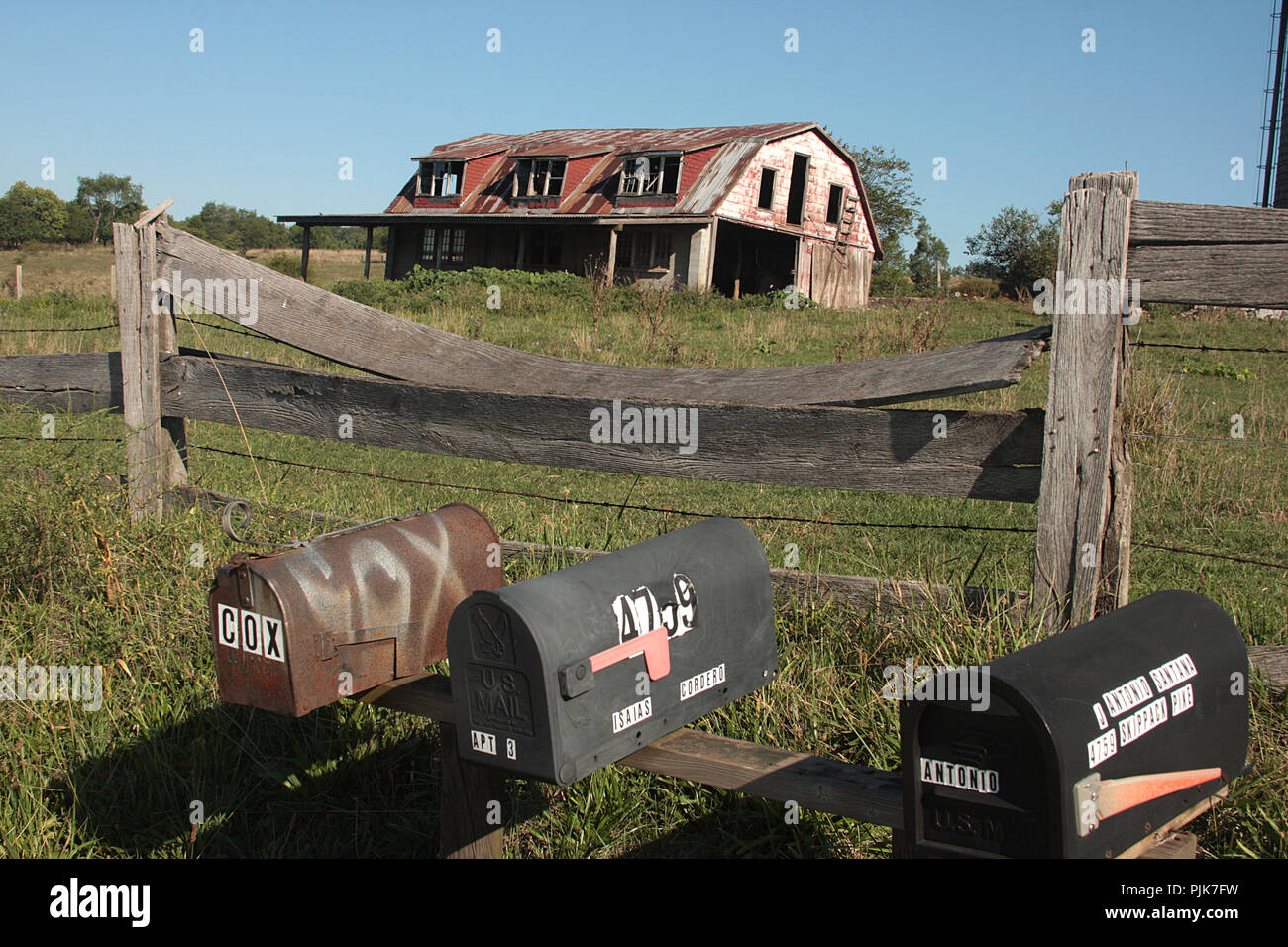 Mailboxes by farm with abandoned barn in Virginia's countryside. - Stock Image