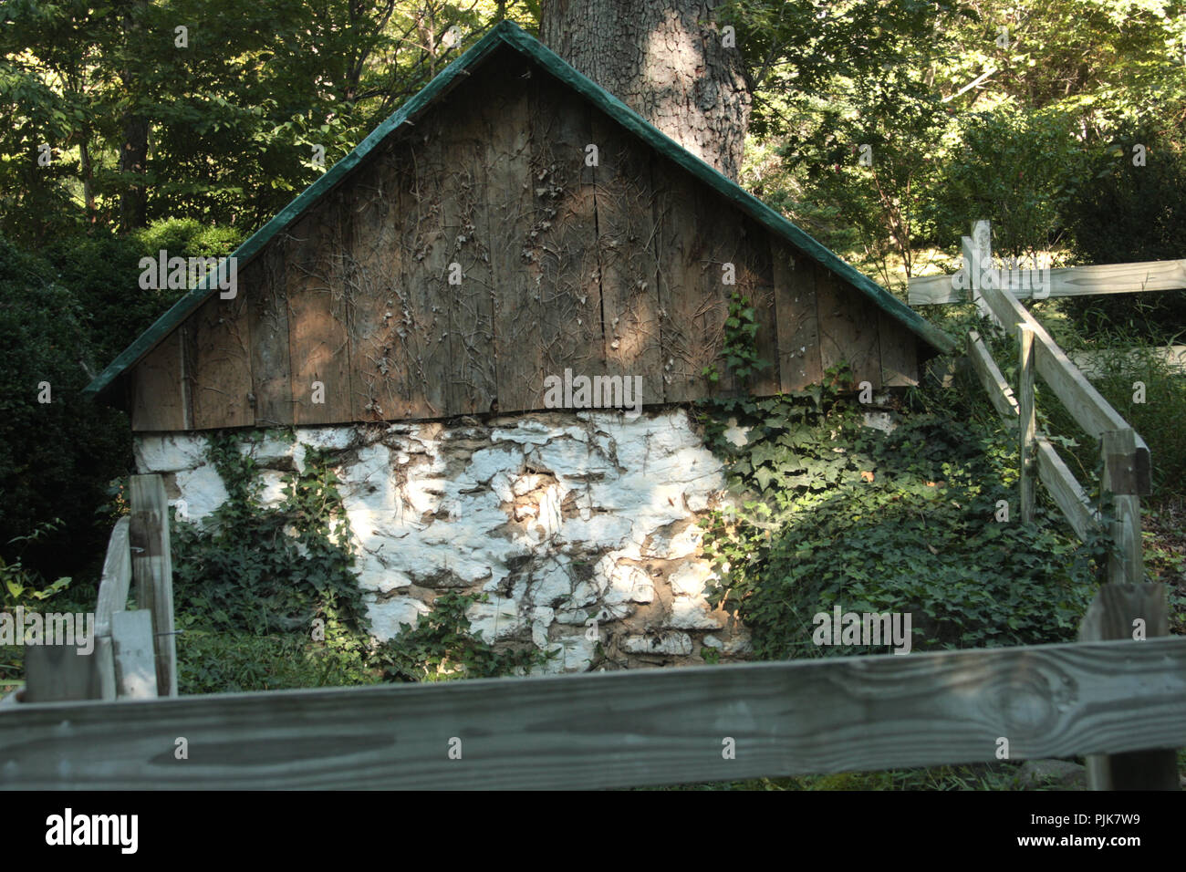 Unkempt shed in Virginia's countryside - Stock Image