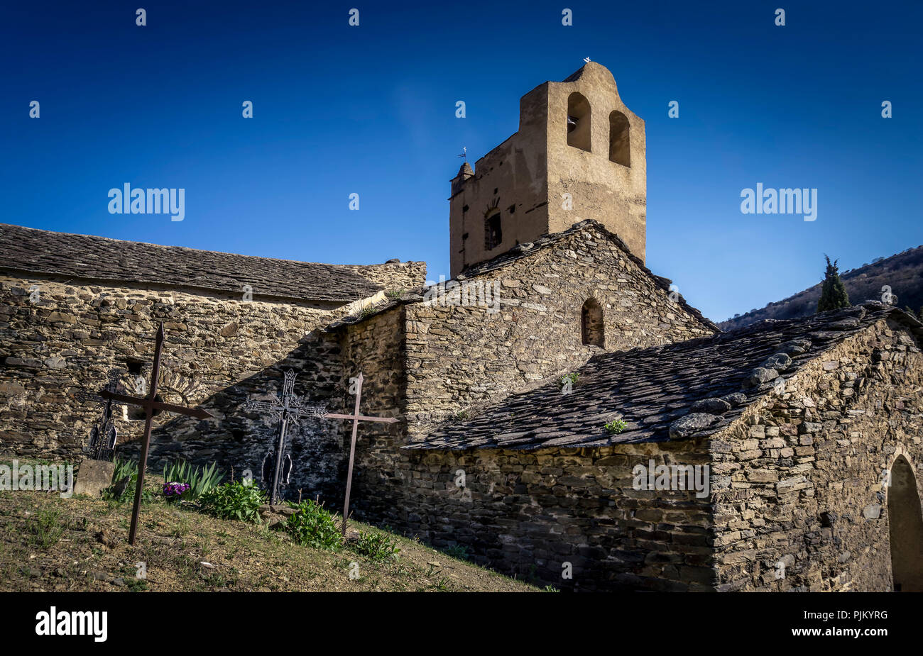 Église Saint André in Evol, built in the XI century, - Stock Image