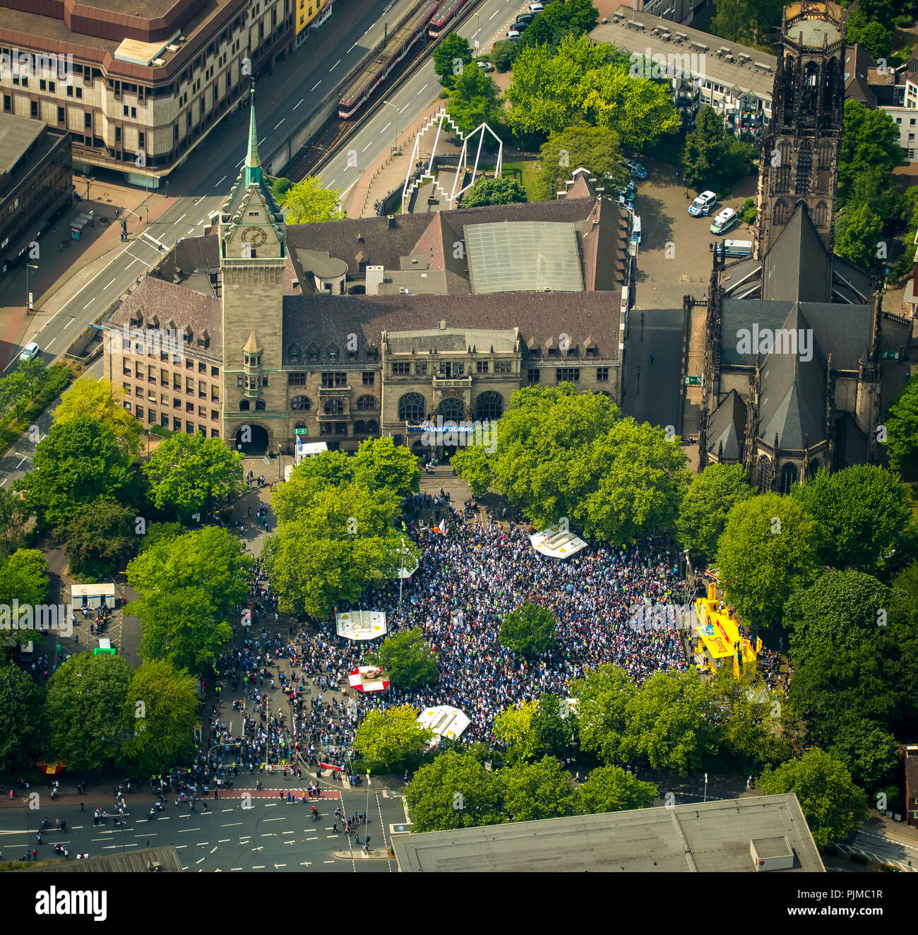 On Pentecost Sunday, MSV fans celebrating the promotion of their team into the 2nd Bundesliga on the Burgplatz in front of the Duisburg town hall , Duisburg, Ruhr area, North Rhine-Westphalia, Germany - Stock Image