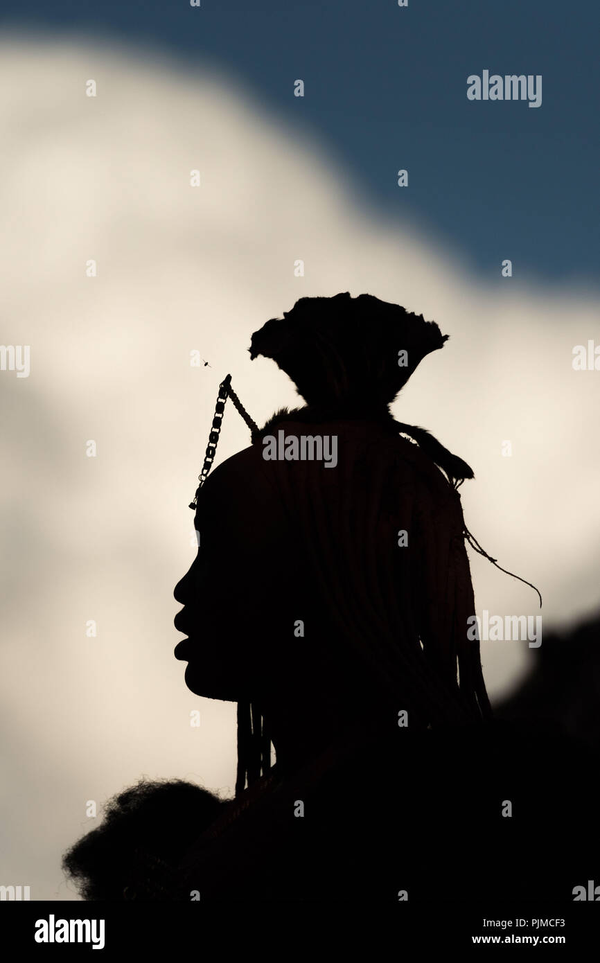 Silhouette of a Himba woman with the typical headgear, side profile - Stock Image