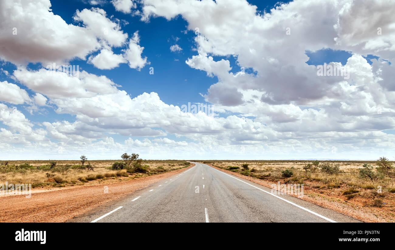 A street to the horizon in the Australian desert, Eine Strasse zum Horizont in der australischen Wueste Stock Photo