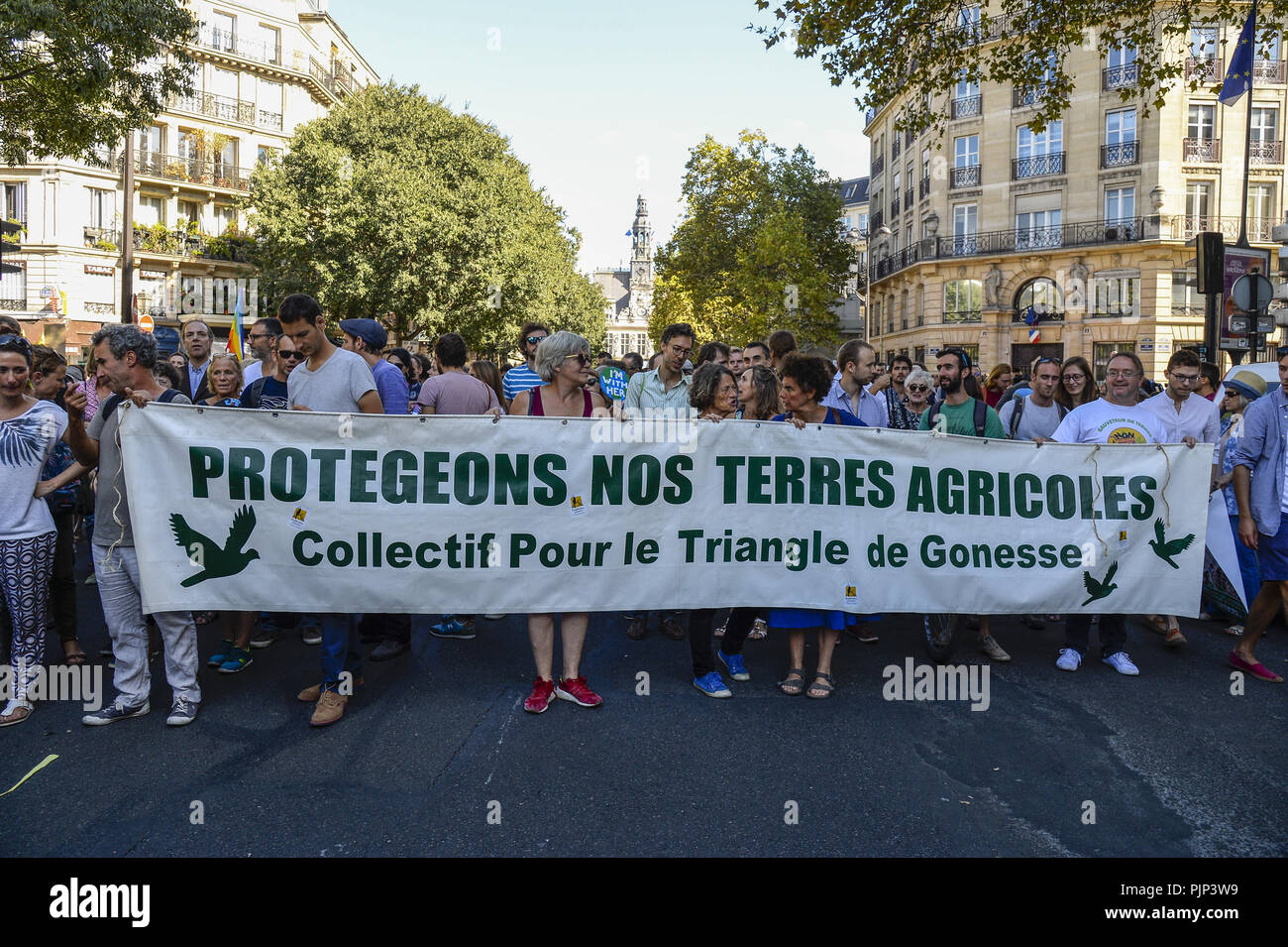 Paris, Ile de France, France. 8th Sep, 2018. Protesters seen holding a banner walking during the protest.Thousands of people took part in a walk protesting demanding leaders to take action about the climate change in Paris, France. Credit: Charles Salle/SOPA Images/ZUMA Wire/Alamy Live News Stock Photo
