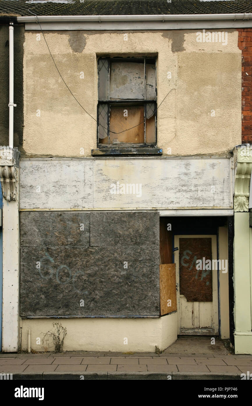 Closed and abandoned shop, Pasture Street, Grimsby, UK. - Stock Image