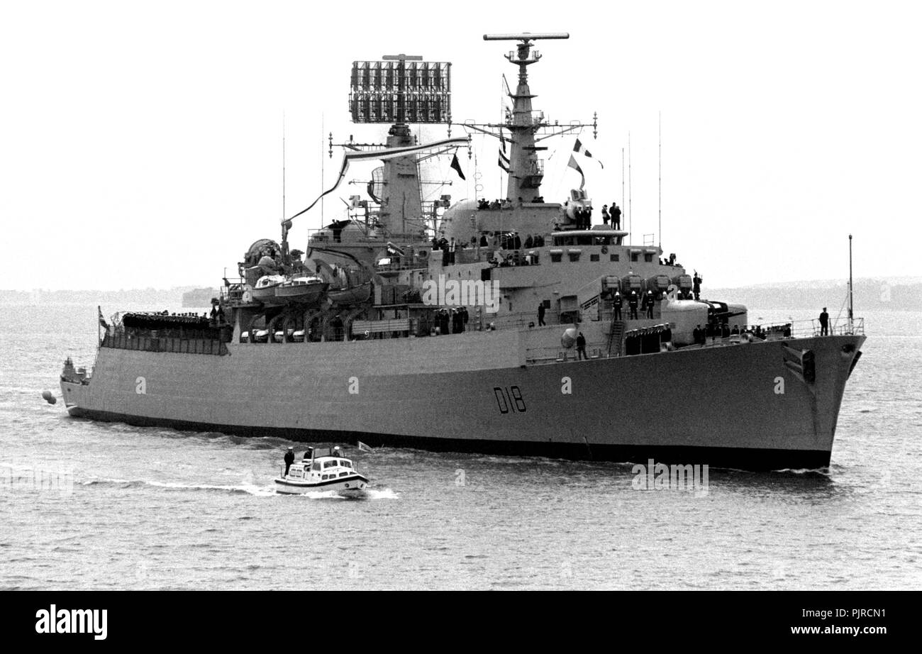 AJAXNETPHOTO. 18TH APRIL,1984. PORTSMOUTH, ENGLAND. -  FALKLANDS VETERAN -DESTROYER HMS ANTRIM RETURNS TO PORTSMOUTH TO PAY OFF IN APRIL. VESSEL RECEIVED DIRECT BOMB HOT DURING FALKLAND ISLANDS CONFLICT. PAID OFF SUBJECT TO SALE TO CHILEAN NAVY. PHOTO:JONATHAN EASTLAND/AJAX.  REF:HD NA 841804_21A - Stock Image