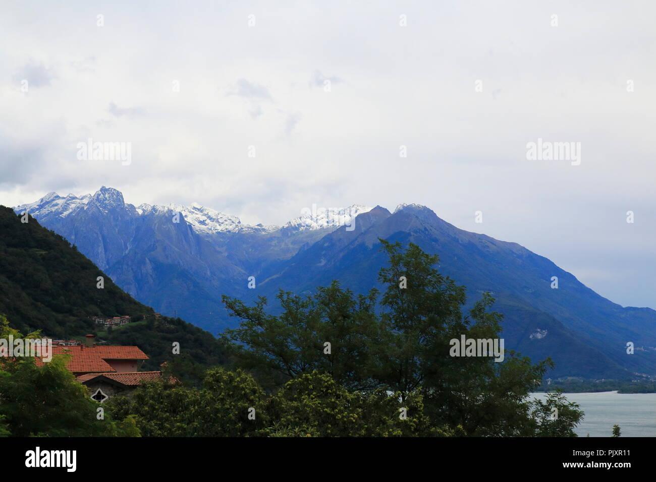Blick über Gravedona nach Colico am Comer See mit Schnee auf den Bergen - Stock Image