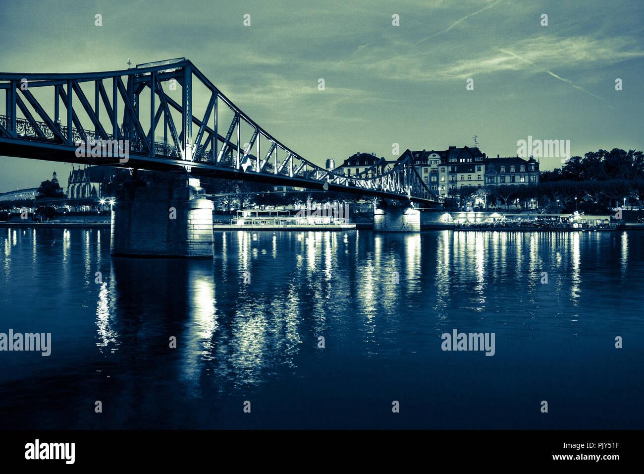 Europa Germany Hessen Rhein-Main Frankfurt am Main Eiserner Steg bei Nacht crossentwicklung - Stock Image